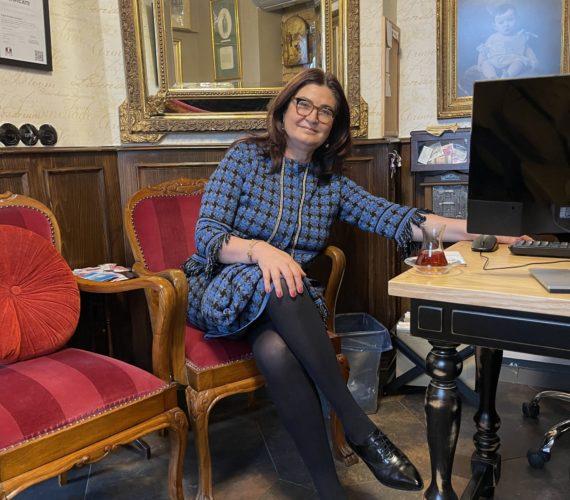 Pınar Süt- Yaşar Holding'in sevilerek takip edilen dijital gazetesi Güzel Yaşa'da Corvo Art Gallery Sahibesi Nilüfer Eriş'in konuğu Faik Pasha Suites kurucusu ve sahibi Av. Meral Demir